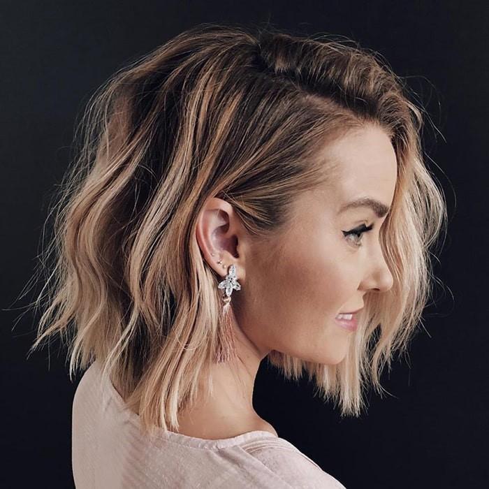 Peinado con una raya lateral muy simple para lucir tus aretes
