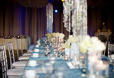Mesas y sillas plateadas en salón de fiestas para organizar tu boda de plata