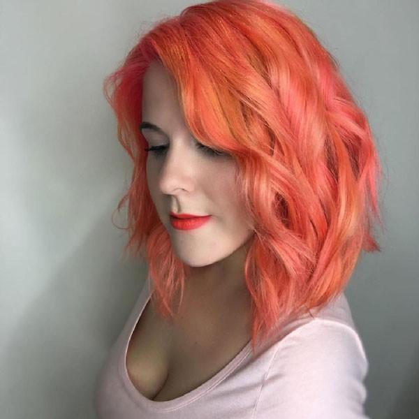 El estilo de corte con mechas naranjas