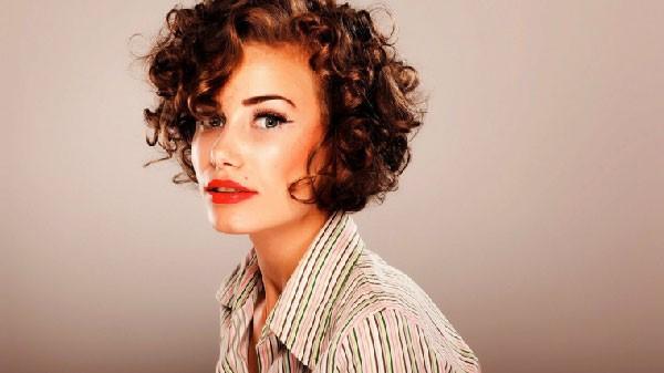Peinado corto de pelo con permanente
