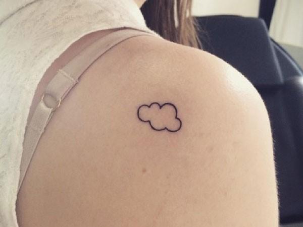 Tatuaje de nube pequeña en la espalda