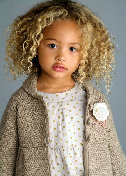 Estilos de peinados para niña de cabello rizado