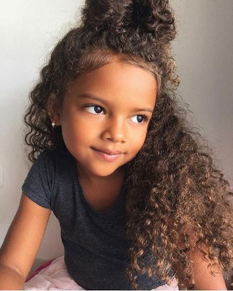 Peinados para niña de cabello rizado