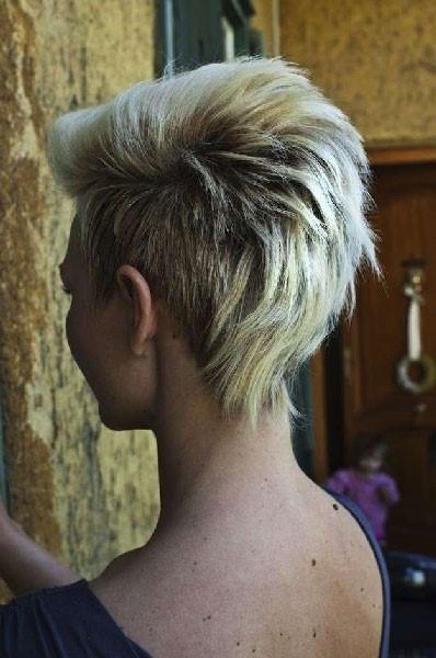 Estilo de peinado punk para cabello corto