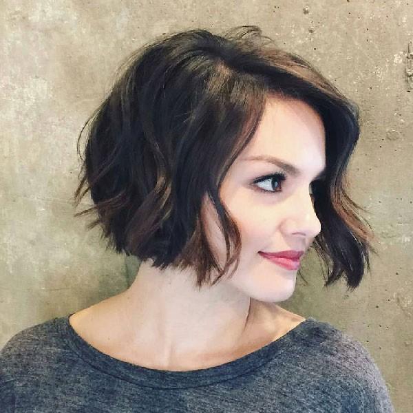 Mujer con corte estilo bob asimétrico