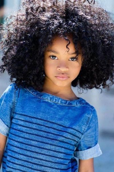 Peinados para niña sencillos con cabello rizado
