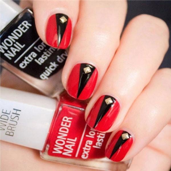Triángulo en negativo para decorar las uñas