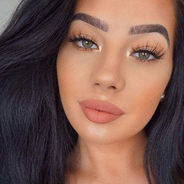 Mujer con delineador de ojos