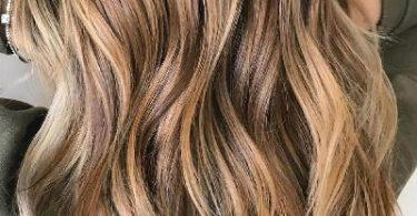 Mujer con cabello castaño y mechas balayage