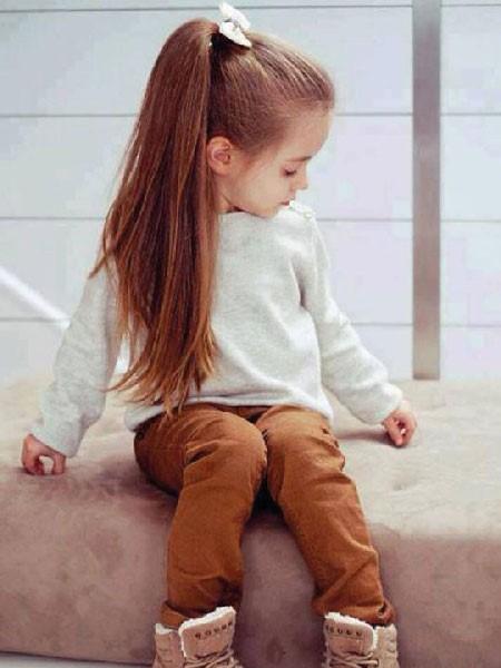 Peinado sencillo de cola alta para niña