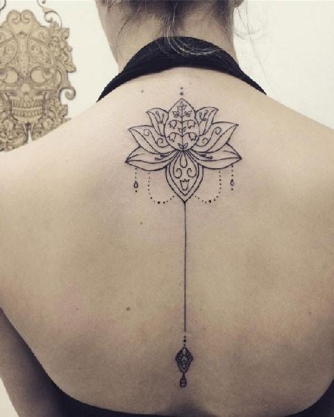 Tatuaje de flor de loto en al espalda