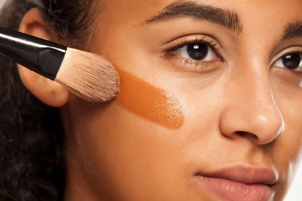 Aplicar la base de maquillaje