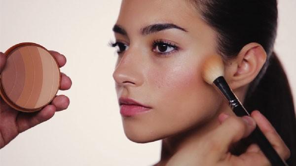 Utilización de polvos o bronzer para maquillaje de noche