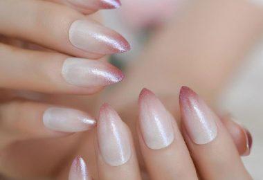 Ondas de agua en uñas decoradas