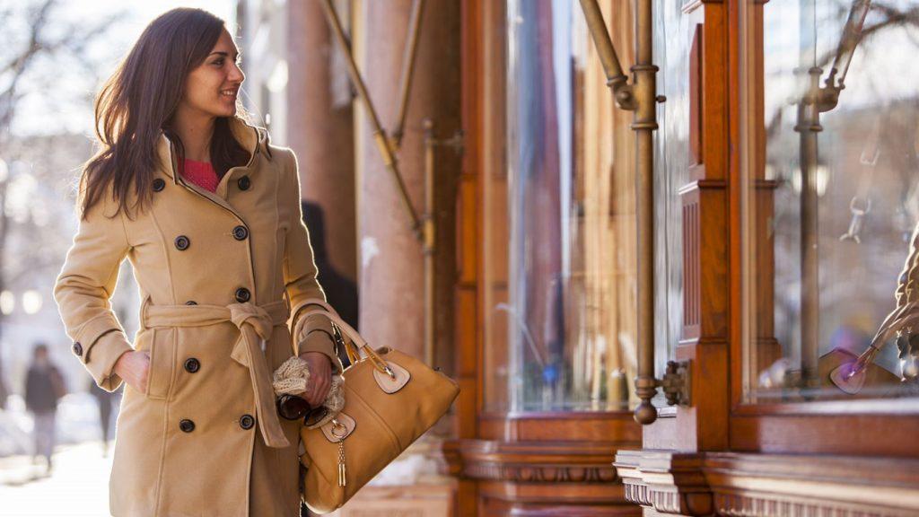 mujer con abrigos para este invierno