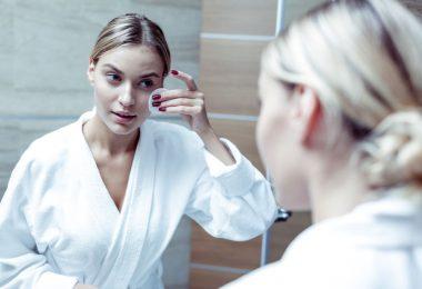 Mujer que está aumentando el colageno de su piel