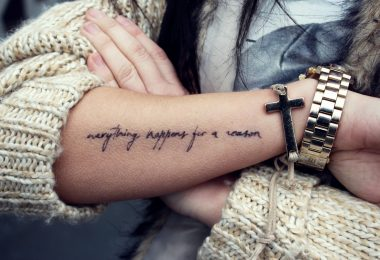 Una chica con una frase tatuada en el brazo