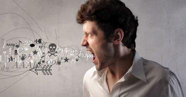 Hombre gritando malas palabras