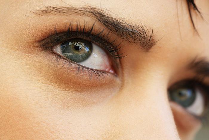 Cómo tratar las bolsas debajo de los ojos