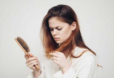 Mujer que sufre pérdida de cabello