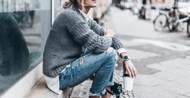 Mujer con un look casual