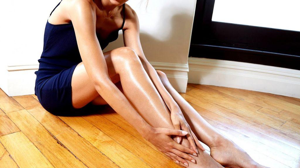 Aplicando aceite de almendras en las piernas