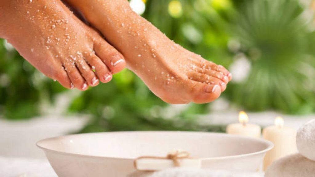 Mujer aplicándose avena para las piernas secas
